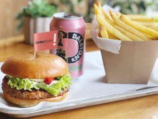 汉堡配韩国烧烤腌料和芝麻蛋黄酱 © 新膳肉