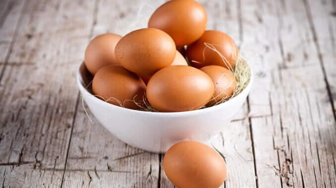 Braune Eier in Müslischale