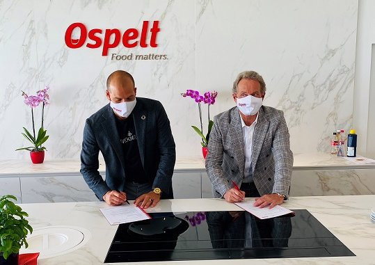 Kees Kruythoff, Chairman and CEO LIVEKINDLY co. and Alexander Ospelt, CEO Ospelt-Group, signing the contract. © The LIVEKINDLY co