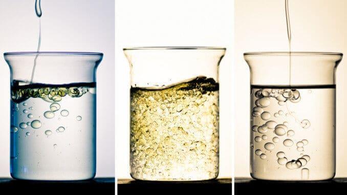 3 Glasbehälter mit Flüssigkeiten (Emulsionen)