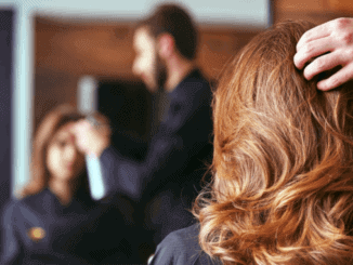 Frau sitzt beim Friseur für Styling