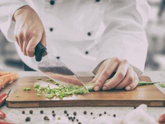 Koch beim zubereiten veganer Gerichte