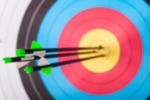 Zielscheibe mit Pfeilen in der Mitte