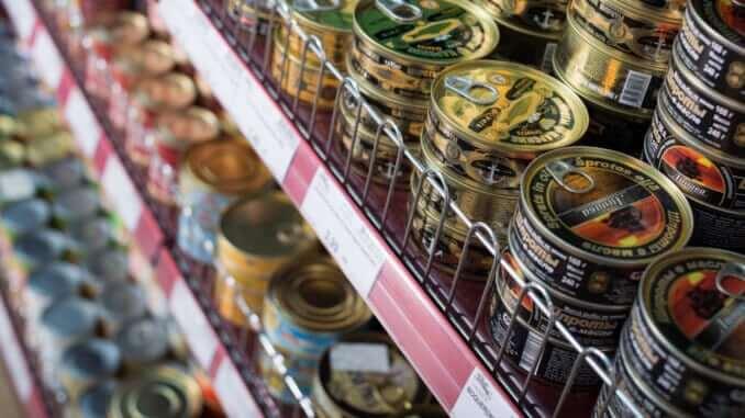 Konservendosen im Supermarkt-Regal