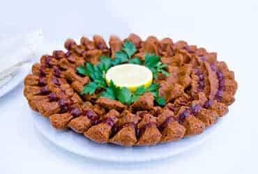 Platte mit Cigköfte, türkische Frikadellen