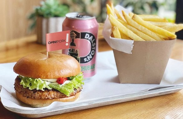 漢堡配韓國燒烤醃料和芝麻蛋黃醬 © 新豬肉